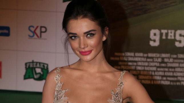 2.0 actress Amy Jackson indulges in paddleboard yoga in Chennai