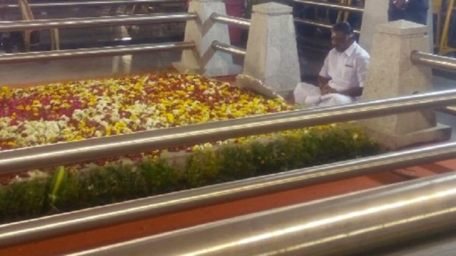 O Panneerselvam seeks Amma's blessings; says Jaya's spirit asked him to reveal the truth