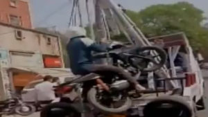 Kanpur, Funny Video, Man on bike, Man on bike towed away, funny video, Kanpur, traffic police, accident, bike accident, latest news, breaking news