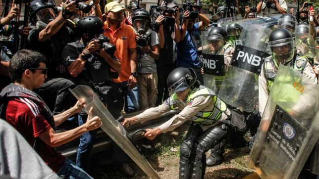Caracas: Clashes break out at anti-government protests