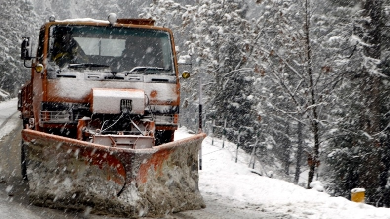 Kashmir Valley freezes, Jammu-Srinagar national highway, multiple landslides in Ramban district, Bannihal, Jammu and Srinagar, Divisional Commissioner of Kashmir Basheer Khan, Met Department, historic Mughal Road, Kashmir Valley and Jammu region, ski resort of Gulmarg, Ladakh region, passengers were stranded in Jammu, Pir Ki Gali stretch, Sonamarg, Gulmarg, Pahalgam, Valley sees heavy snowfall, sub-zero temperatures, Valley freezes, weather news, Met news, regional news