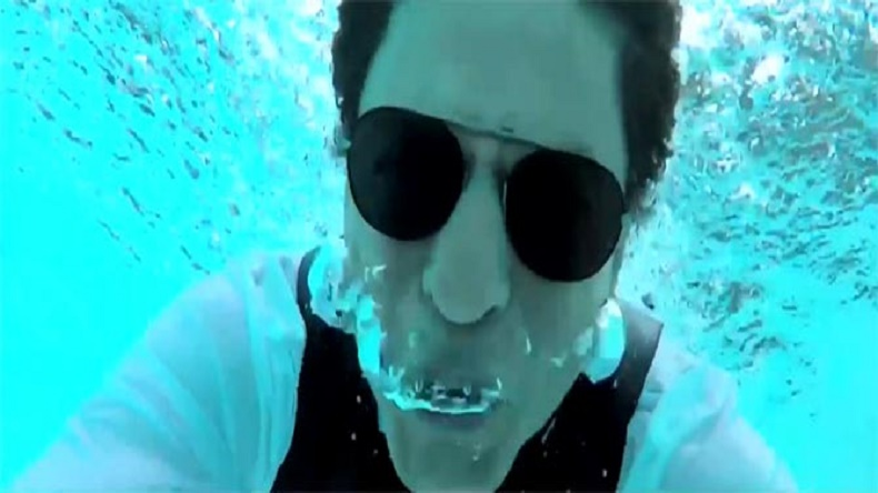 9b753d73dd Shah Rukh Khan goes underwater to thank 33 million fans - NewsX