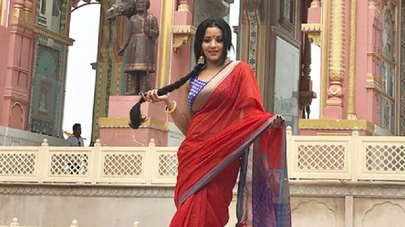Bhojpuri sensation Monalisa aka Antara Biswas flaunts her sexy curves in a saree, see photo