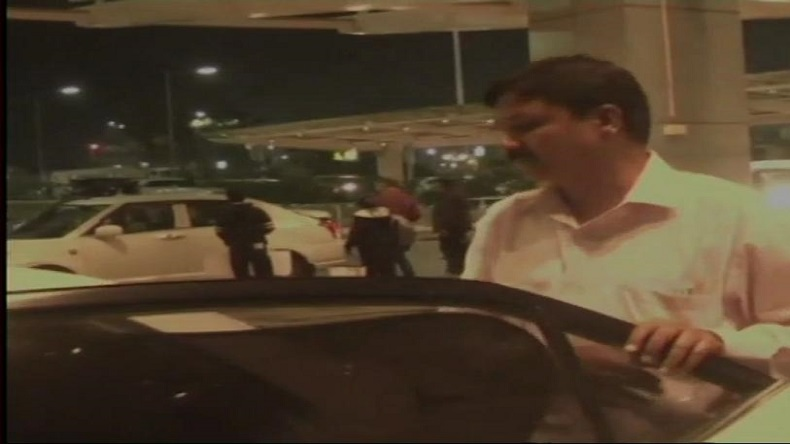 Congress MLA Ramesh Jarkiholi spotted at Bengaluru airport, Ramesh Jarkiholi arrives in Karnataka, Rebel Congress MLA Ramesh Jarkiholi in Bengaluru, Rebel Congress MLA back in Karnataka, Karnataka Congress