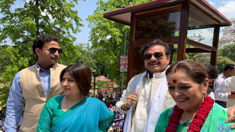 Shatrughan Sinha campaigns for Samajwadi Party nominee Poonam Sinha, Congress candidate cries foul