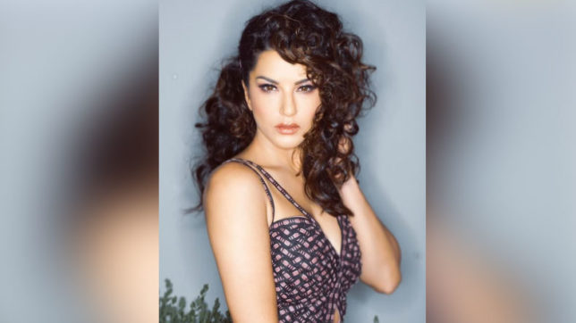 Sunny Leone looks sexy in wild curls, see photo