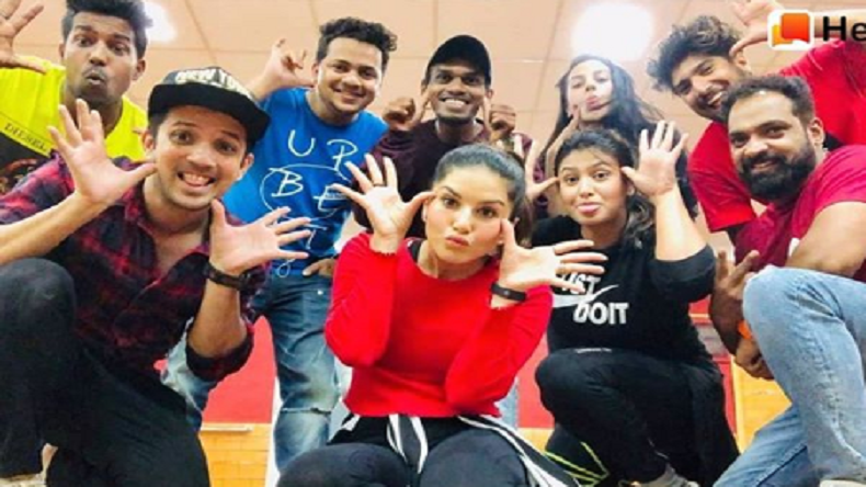 Sunny Leone photo: Bollywood actor poses with dance group - NewsX